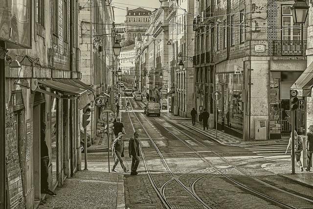 """""""Par la rue Plus tard, on arrive à la place Jamais."""""""
