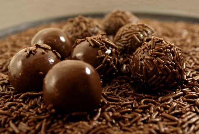 Brigadeiros Chocolate Postre Brasil Carla Nichiata Shutterstock