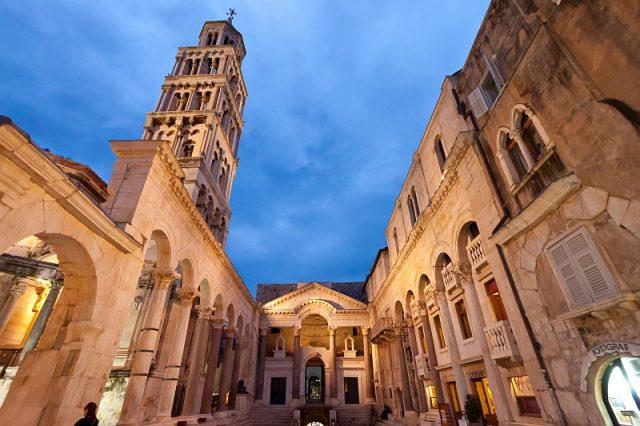 Croacia-Split-Palacio-Diocleciano-Peristil-Ballota-Wikipedia