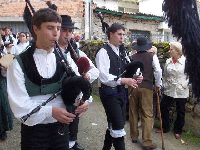 Gaiteiros-Romeria-Galicia-Celta-Tradicion-Espana