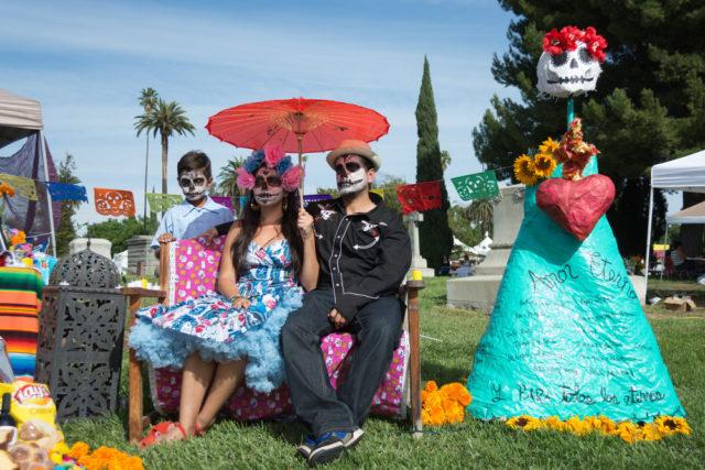 l2f-dec-16-pic-usa-los-angeles-hollywood-forever-cementerio-dia-de-muertos-betto-rodrigues-shutterstock_331761803-640x427