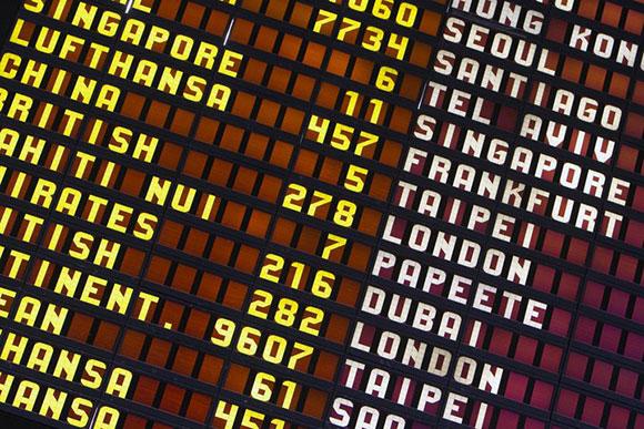 Panel de destinos en el aeropuerto de Los Angeles