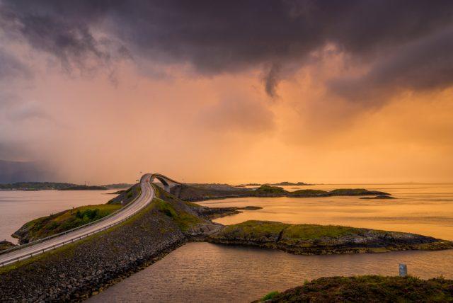 Storseisundet Bridge Oceáno Atlántico Noruega RuthChoi Shutterstock
