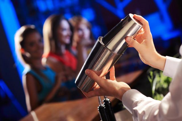 cocktails shaker bartender Stokkete shutterstock_162668078