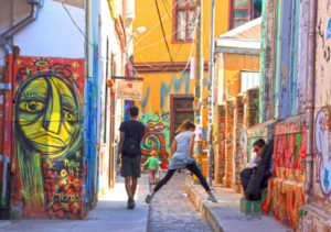 l2f-oct-16-pic-chile-valparaiso-street-with-murals-people