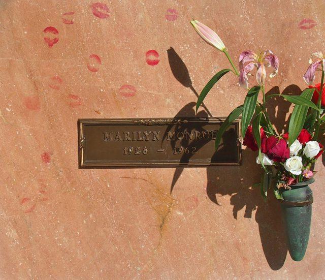 l2f-dec-16-pic-usa-california-los-angeles-westwood-memorial-marilyn-monroe-grave-marker-pixabay