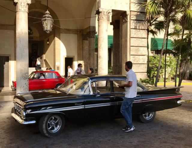 L2F Jan 17 pic Cuba Havana classic cars at Hotel Nacional entrance