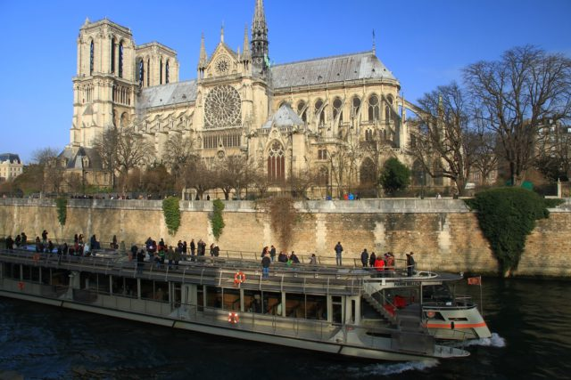 L2F Feb 17 pic Valentine Paris bateaux mouches shutterstock_558442267