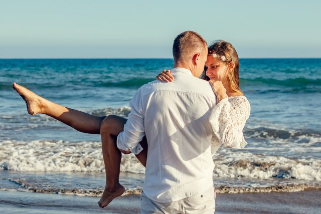 L2F Jul 17 pic beach weddings couple adamkontor pixabay