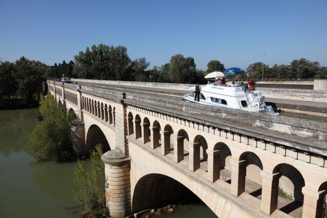 L2F Nov 17 pic France Toulouse Canal du Midi aqueduct shutterstock_214508701