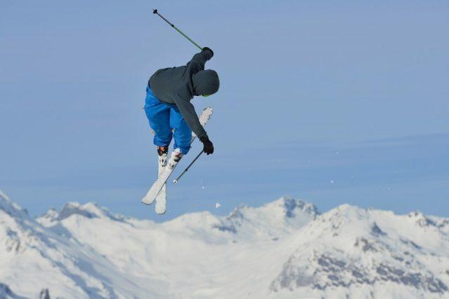 L2F Nov 17 pic USA Rockies skiing lede shot shutterstock_190454564