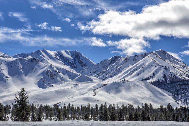 L2F Nov 17 pic USA Rockies winter skiing resorts Mammoth Mountain California shutterstock_566107588