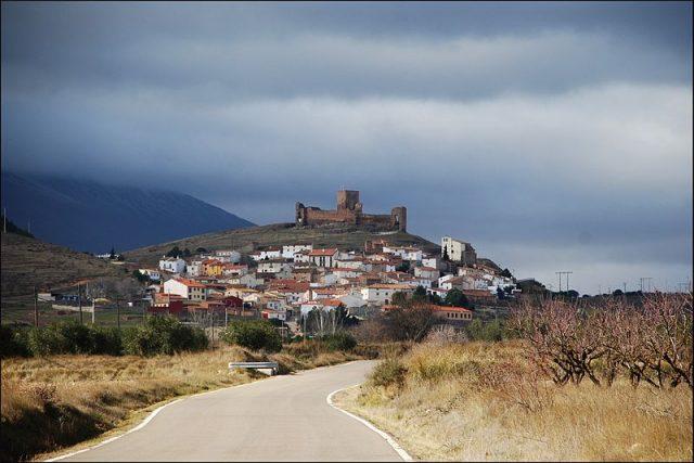 L2F Jul 18 pic Spain Aragon Tramoz from distance Wikipedia Juanje 2712
