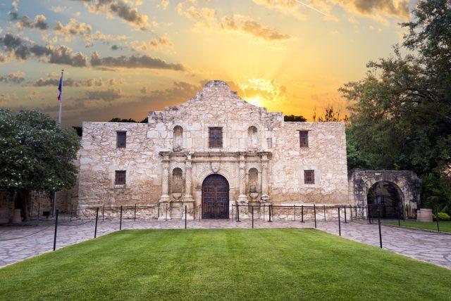 L2F pic Aug 18 USA Texas San Antonio Alamo shutterstock_210318085