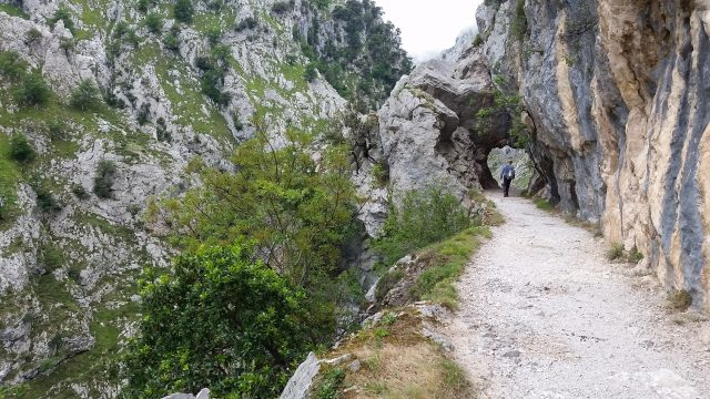 L2F Jan 20 pic Spain Cares Route hiker and tunnel