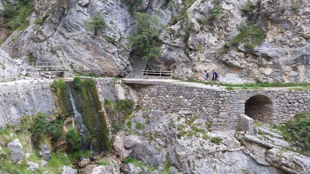 L2F Jan 20 pic Spain Cares Route hikers and bridge