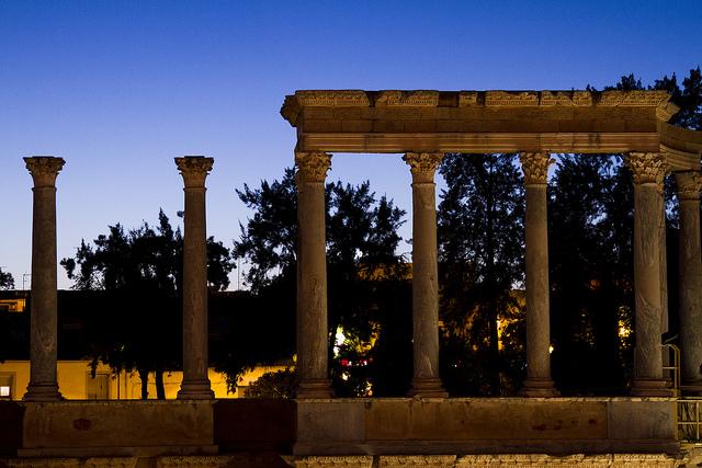 Columnas en el teatro romano de Mérida al anochecer