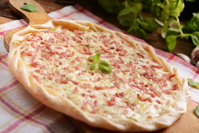 Flammkuchen de salsa agria, cebolla y tocino. Alemania