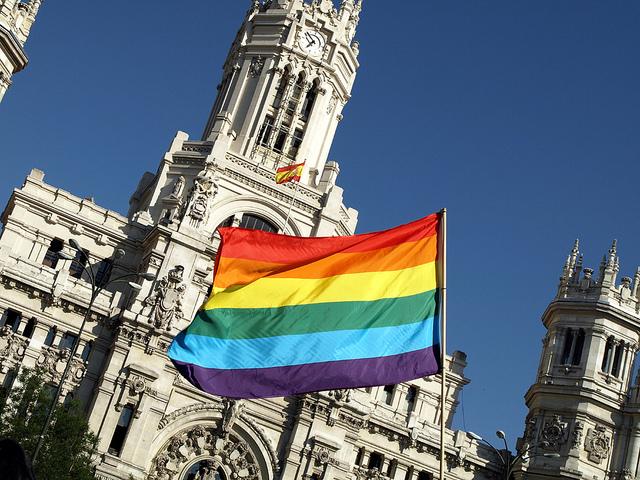 Bandera gay junto ayuntamiento de Madrid